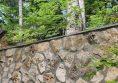 каменна стена в градината